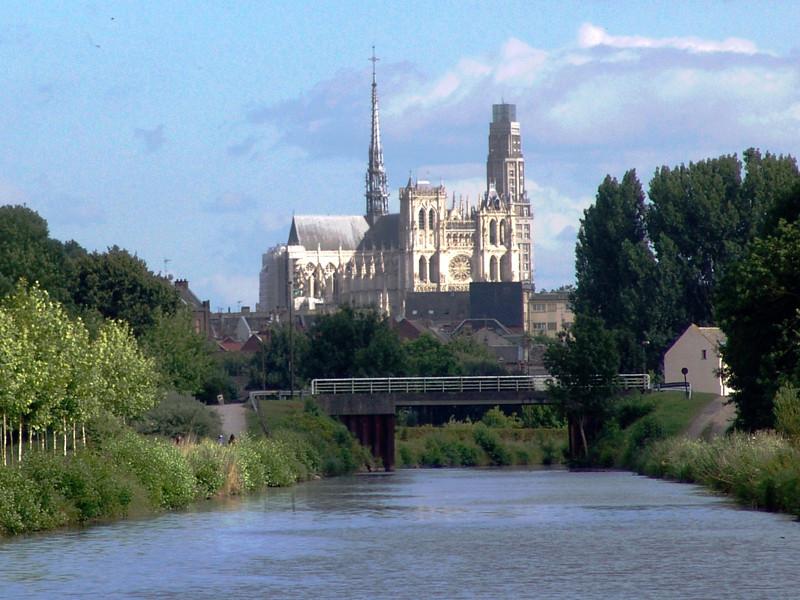 La façade de la cathédrale dans l'axe de la Somme