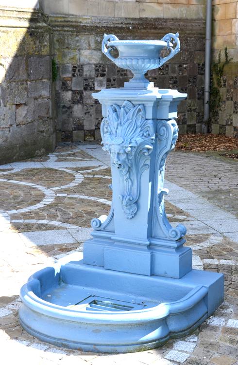 la fontaine de Gamaches sur le côté de l'église