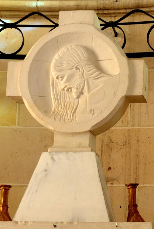 La croix en pierre de l'autel avec le visage du Christ
