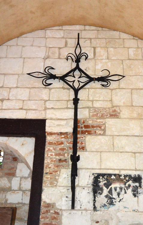Croix de chemin mise à l'abri dans l'église