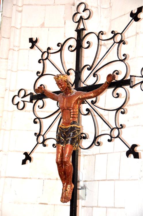 Eglise de Vron: croix en fer forgé et christ en cuivre peint