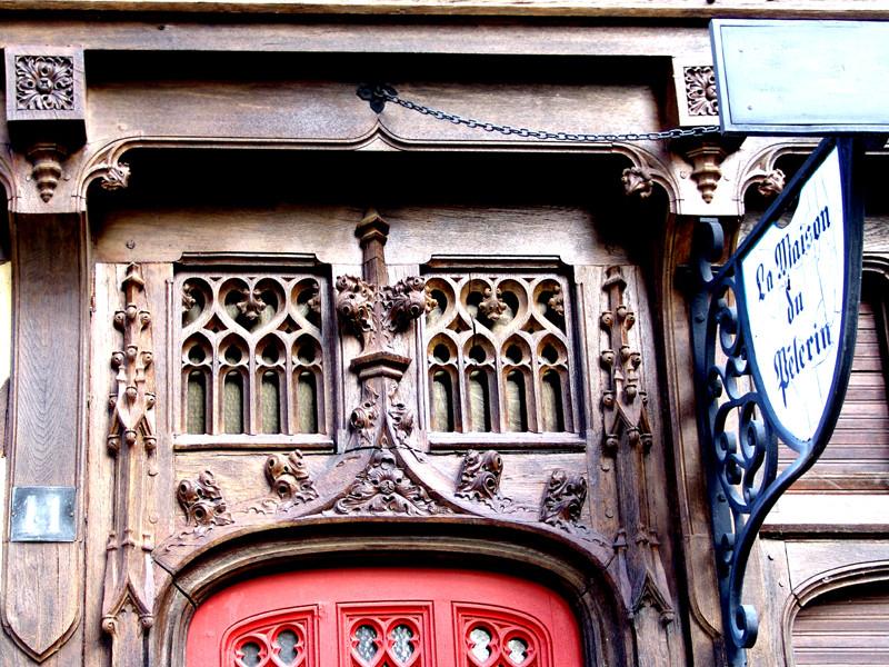 Détail de la porte d'entrée de la Maison du Pèlerin l