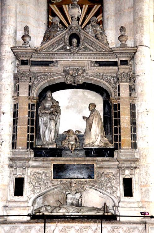 Le monument funéraire du chanoine Guillain Lucas dans son intégralité