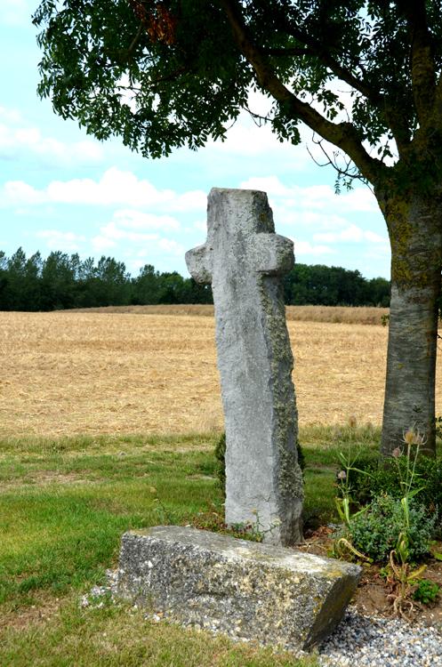Longuevillette: Le village est surtout connu pour sa croix de pierre