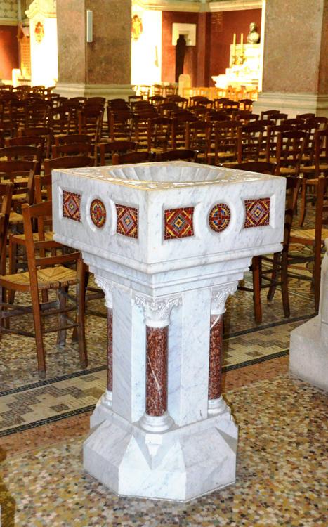 Un des bénitiers de la basilique d'Albert
