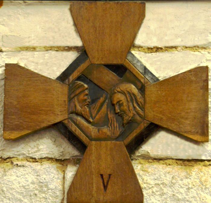 Simon aide Jésus à porter sa croix