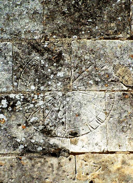 Cadran solaire sur les murs de l'église de Ribeaucourt