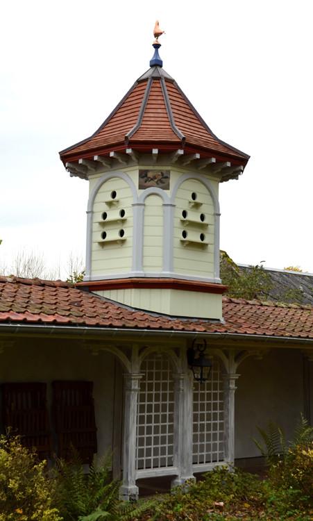 Pigeonnier sur le toit des dépendances