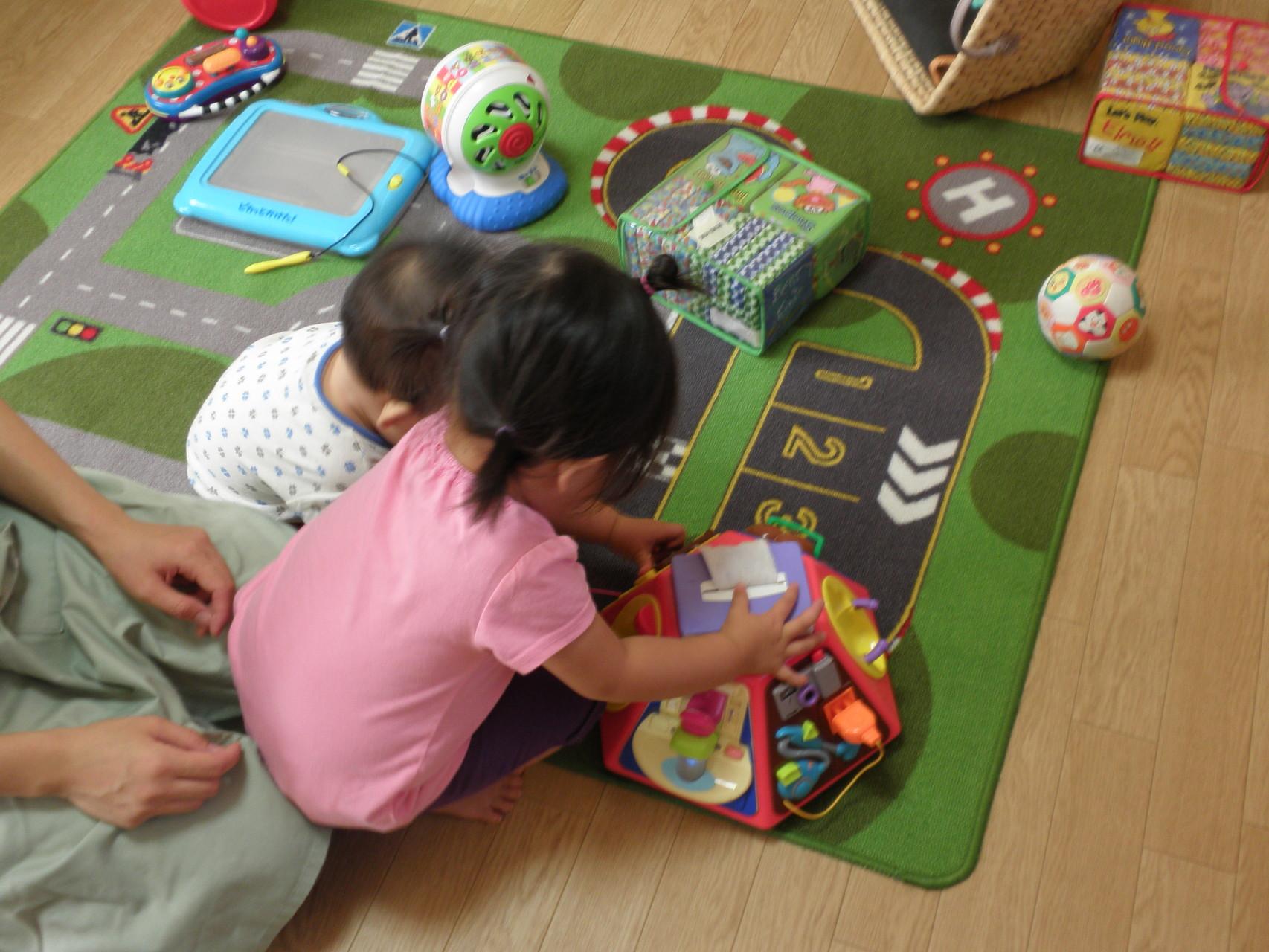 待っている間はおもちゃで遊んで楽しんでくれています
