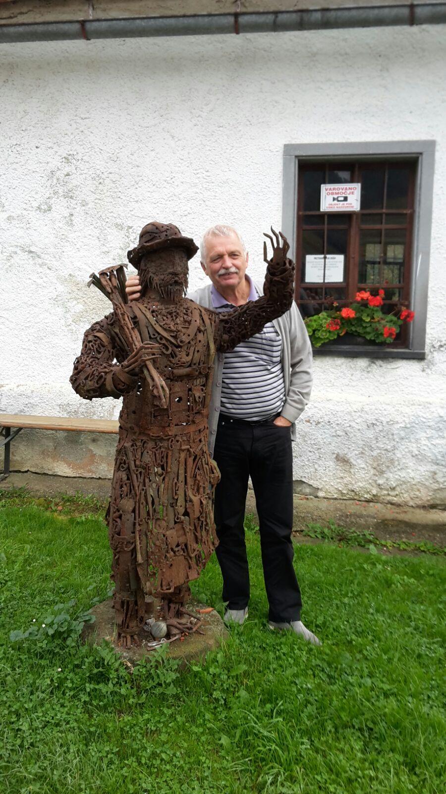 Edwin und eine Figur des Künstler Leopold Methans