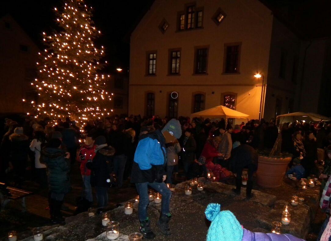 ... der Dorfplatz ist wieder Mal voller Gäste ...