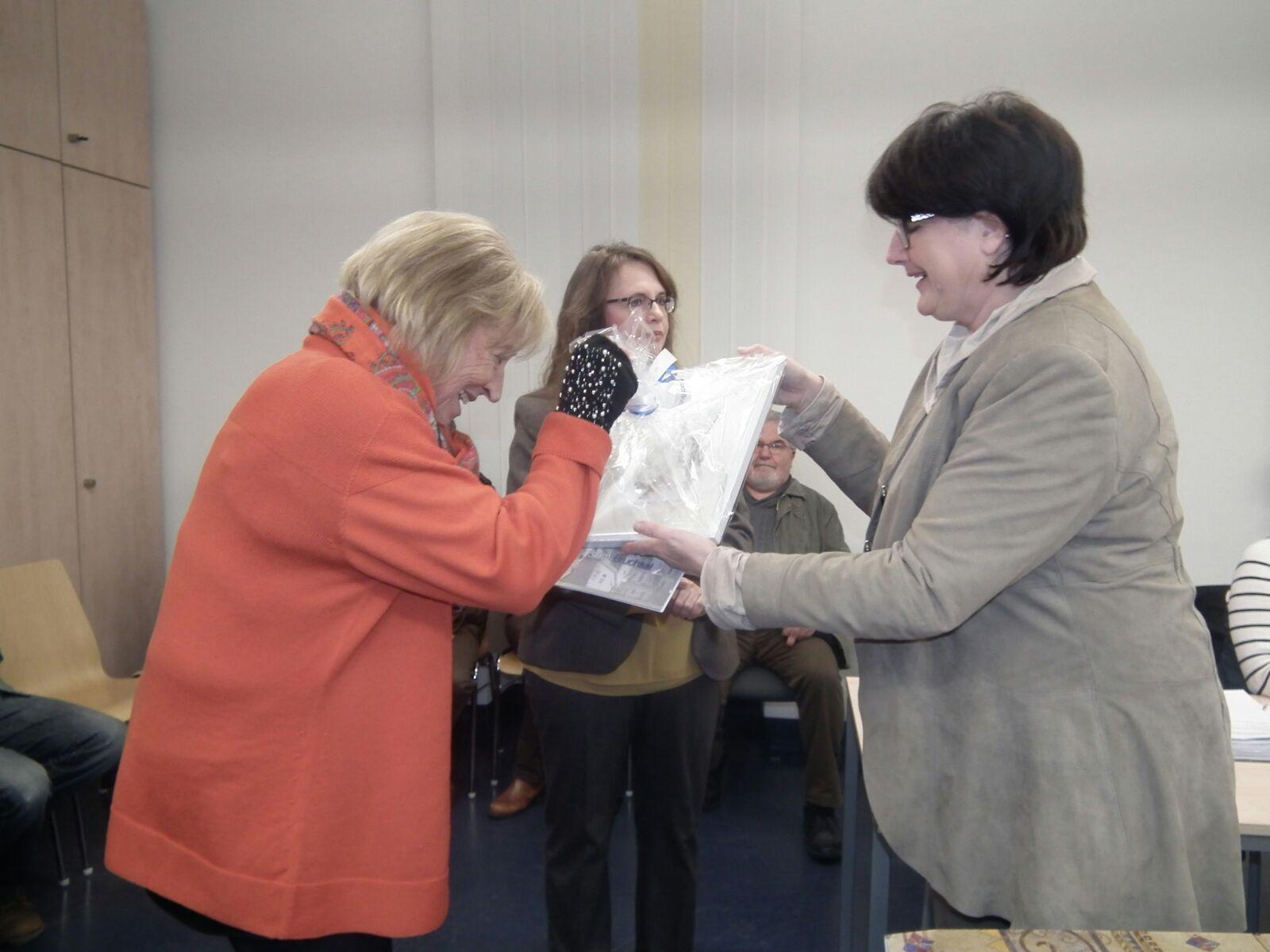 Cornelia ist entzückt über ein Bild von Helmsheim