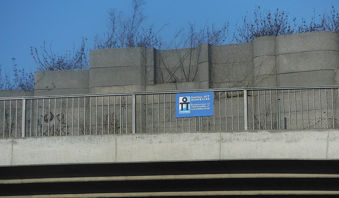 Brückengeländer an der B10 Göppingen