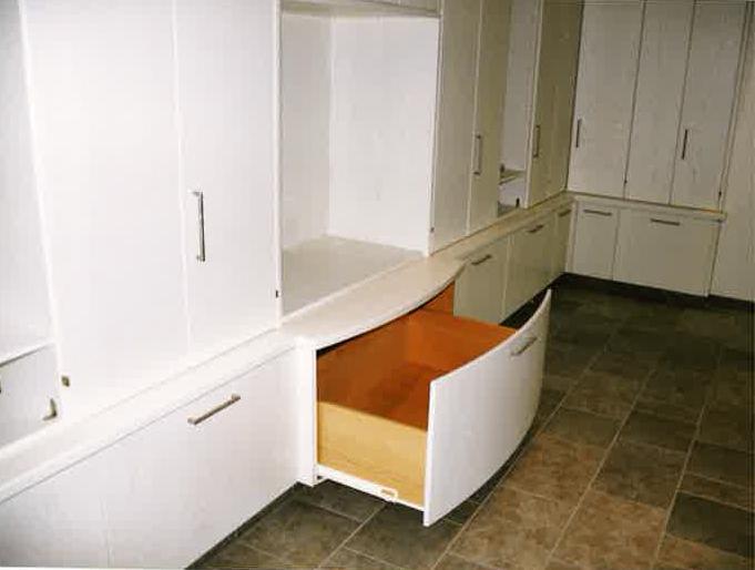Raumteiler mit Schränken und Galerie | Schublade mit Rundung