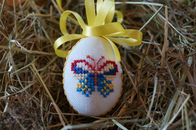 Osterei gestickt Schmetterling