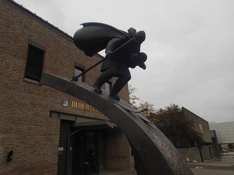 街中にはノルウェーの勇士ビルケバイネルの像があった