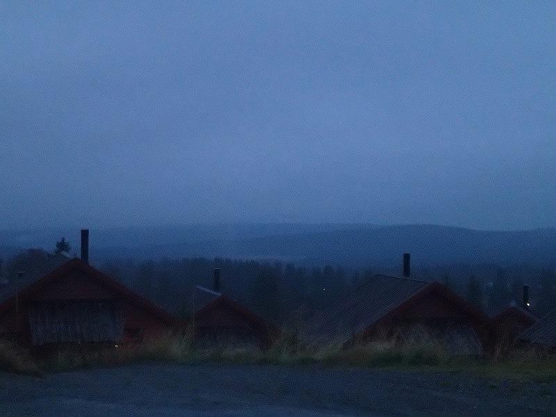 朝8時でこの暗さ。今日は遠くの山々までよく見える