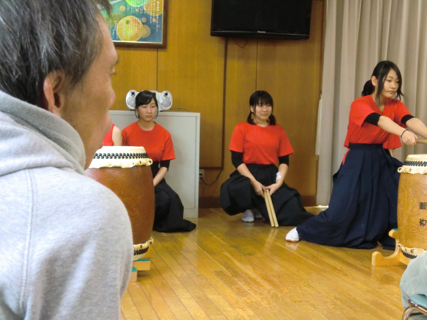 自分の叩いたことがある和太鼓を真剣に見ています