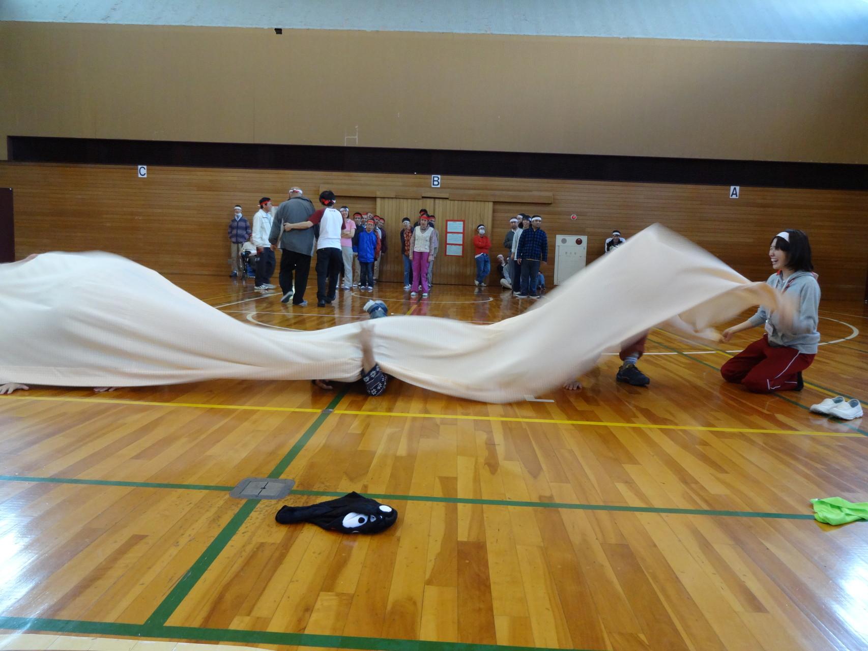 休憩後は障害物競走。はじめに布の中をくぐります
