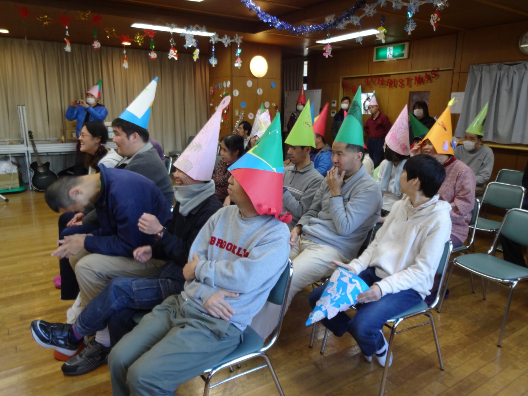 みんなもクリスマス帽子をかぶり、演奏を聴きます