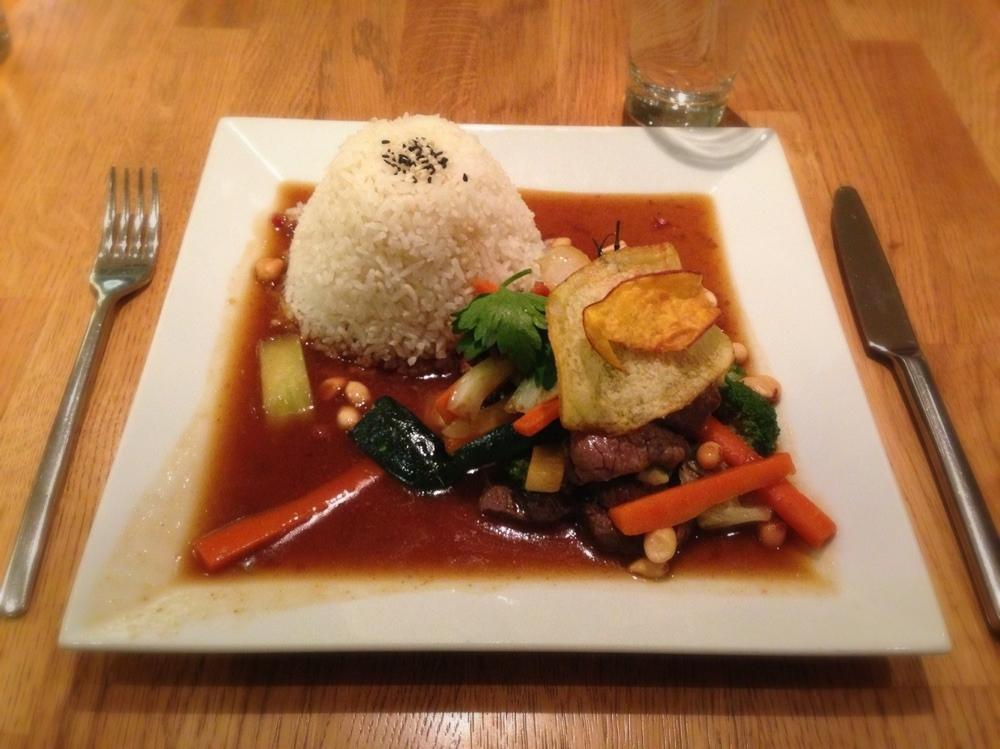 Rindfleisch im Wok gebraten mit asiatischem Gemüse und Reis
