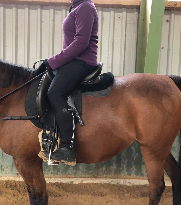 Nach der Sitzschulung sitzt die Reiterin mit einem geraden Rücken viel besser im Schwerpunkt. Ebenfalls liegen die Schenkel nun im Lot