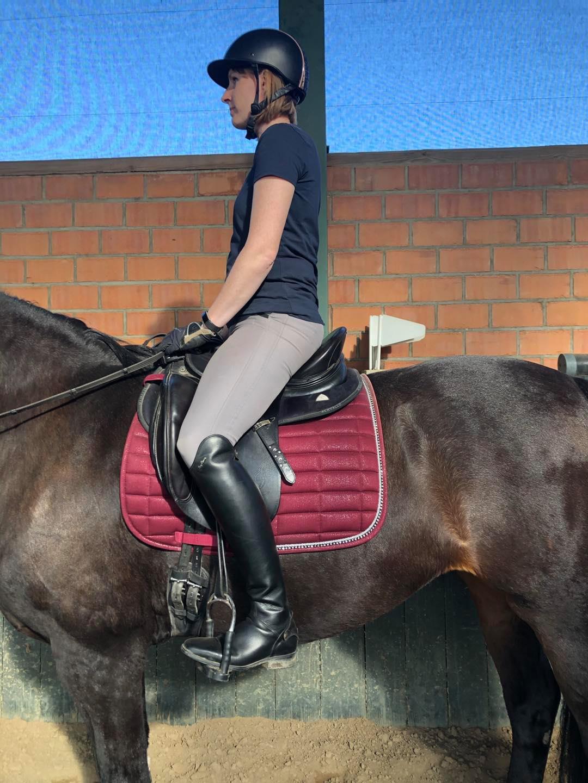 Vor der Sitzschulung sitzt die Reiterin in einer leichten Rücklage