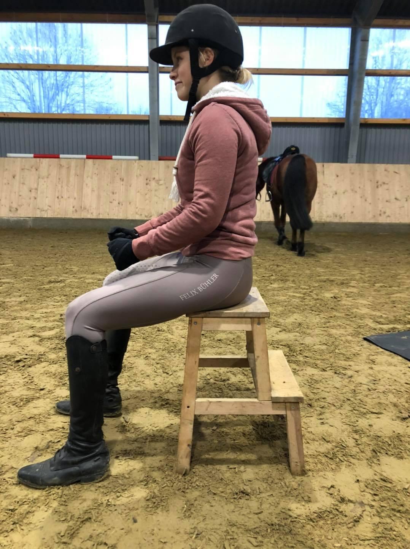 Nach der Sitzschulung ist auch sie wieder deutlich grader im Rücken