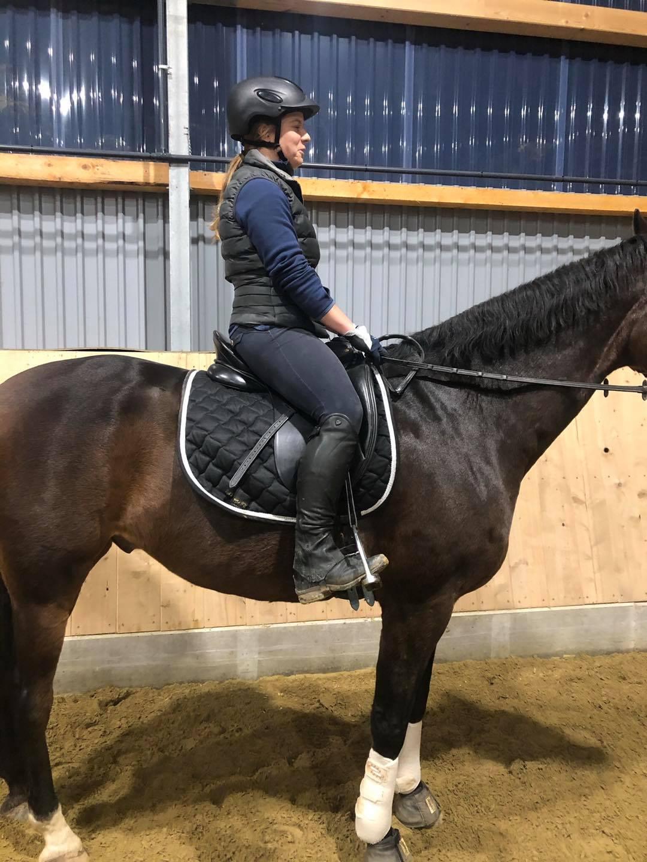 Vor der Sitzschulung hat die Reiterin ein leichtes Hohlkreuz