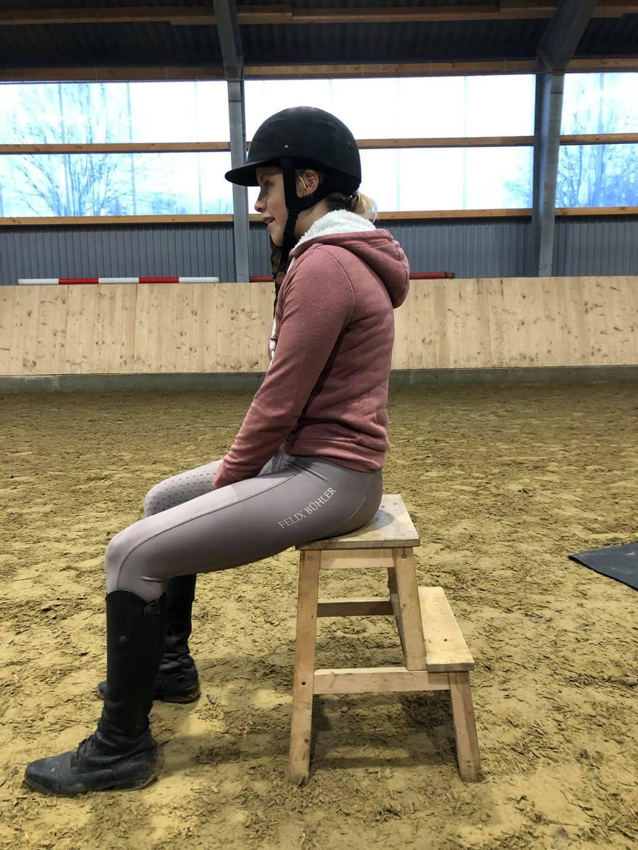 Vor der Sitzschulung hat die Reiterin einen Rundrücken