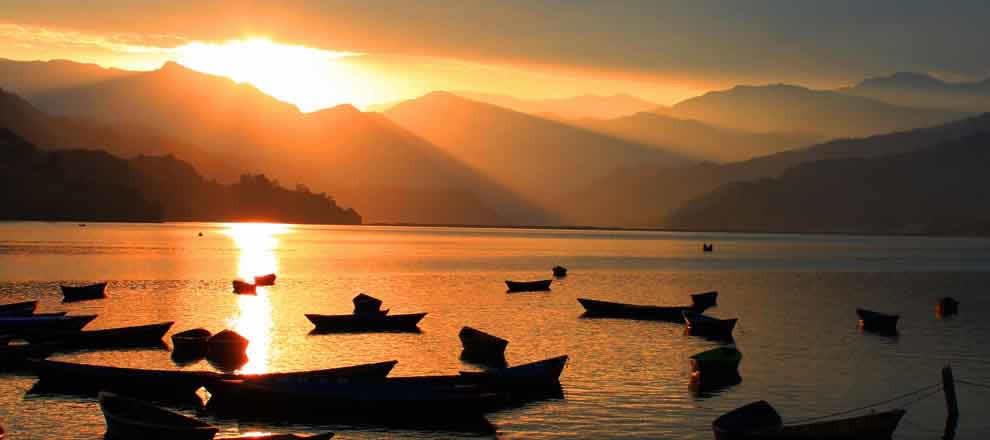Sich bei romantischen Sonnenuntergängen (wieder) verlieben - am See