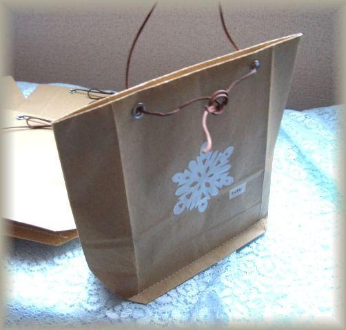 切り紙の雪で飾ったクラフト袋。