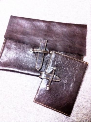 タブレットケースとノートカバー。光沢ありの水牛革。
