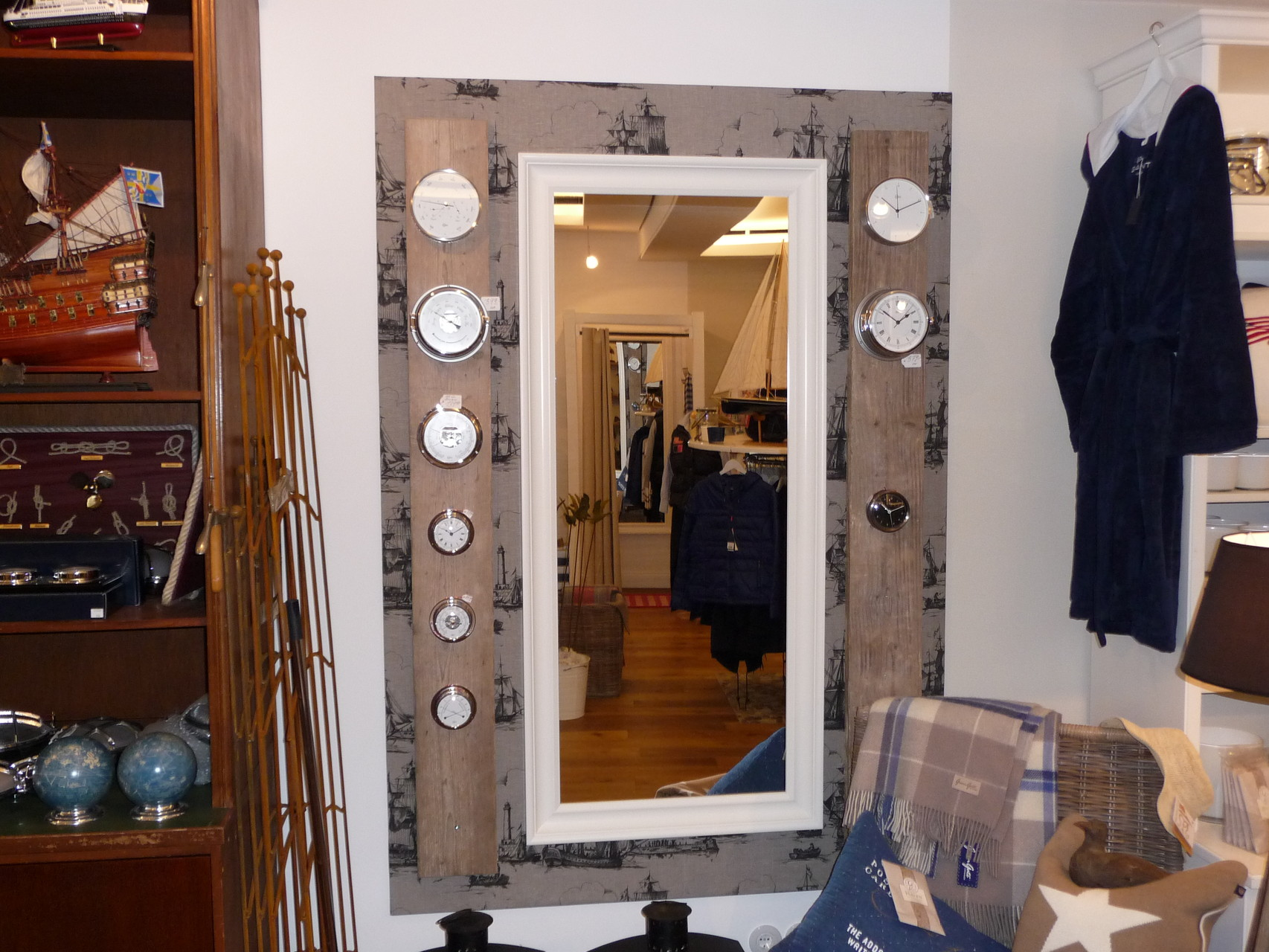 Spiegeleinfassung aus Altholz
