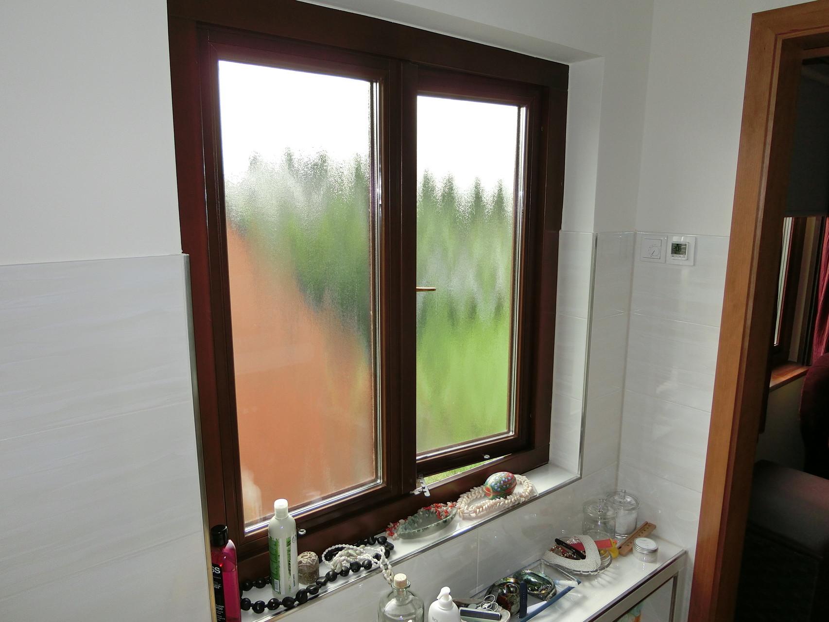 Holz-Fenster nach außen öffnend