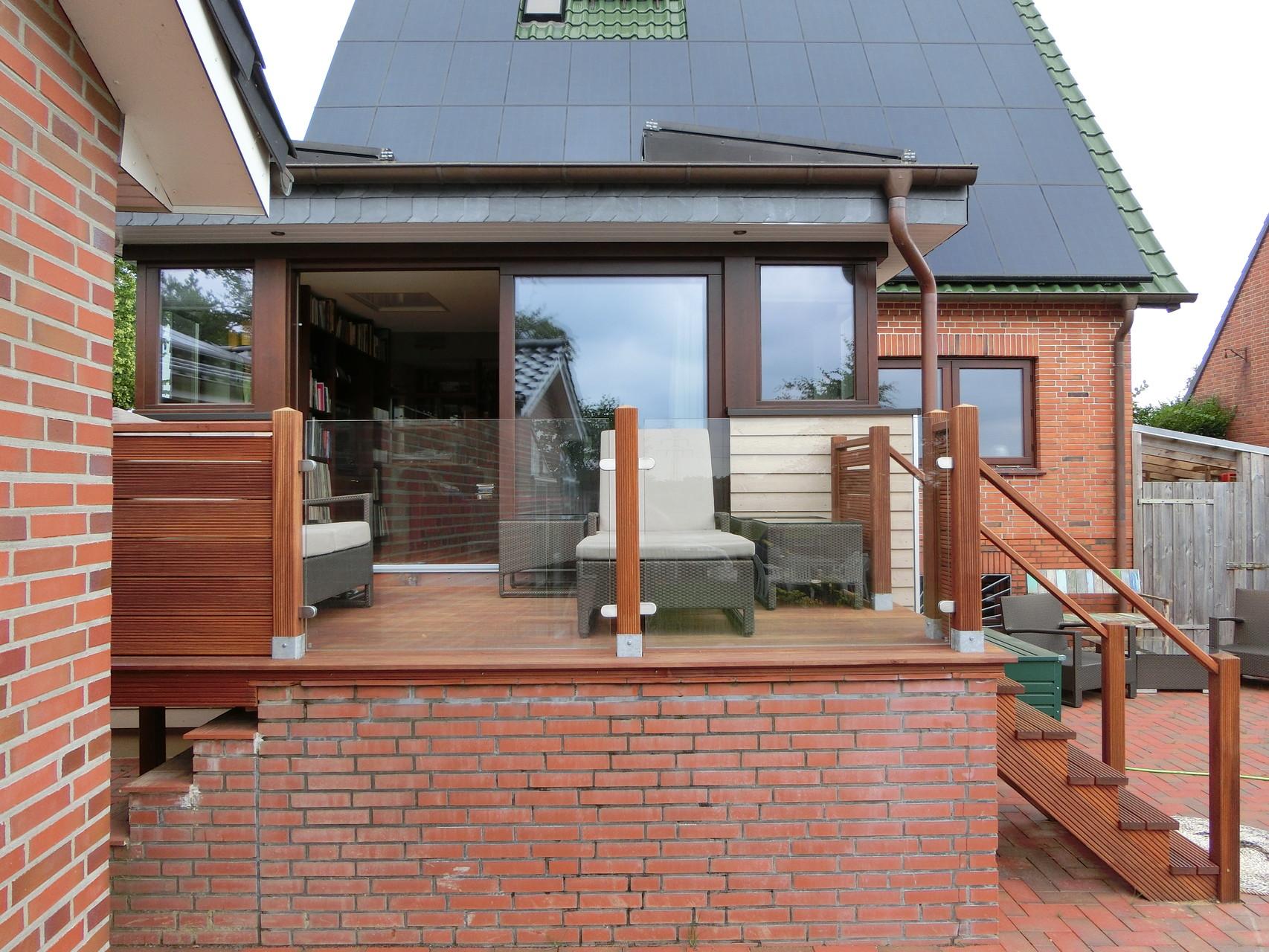 Holz-Terrasse mit Brüstung in Glas