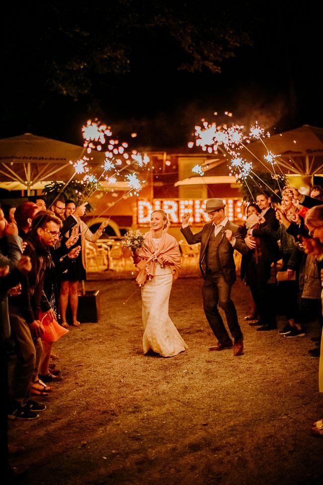 Tanzendes Brautpaar mit Lichterkerzen