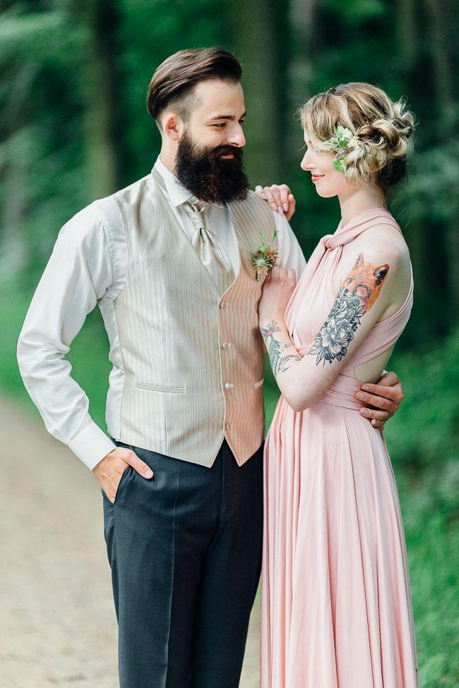 Braut und Bräutigam Waldhochzeit