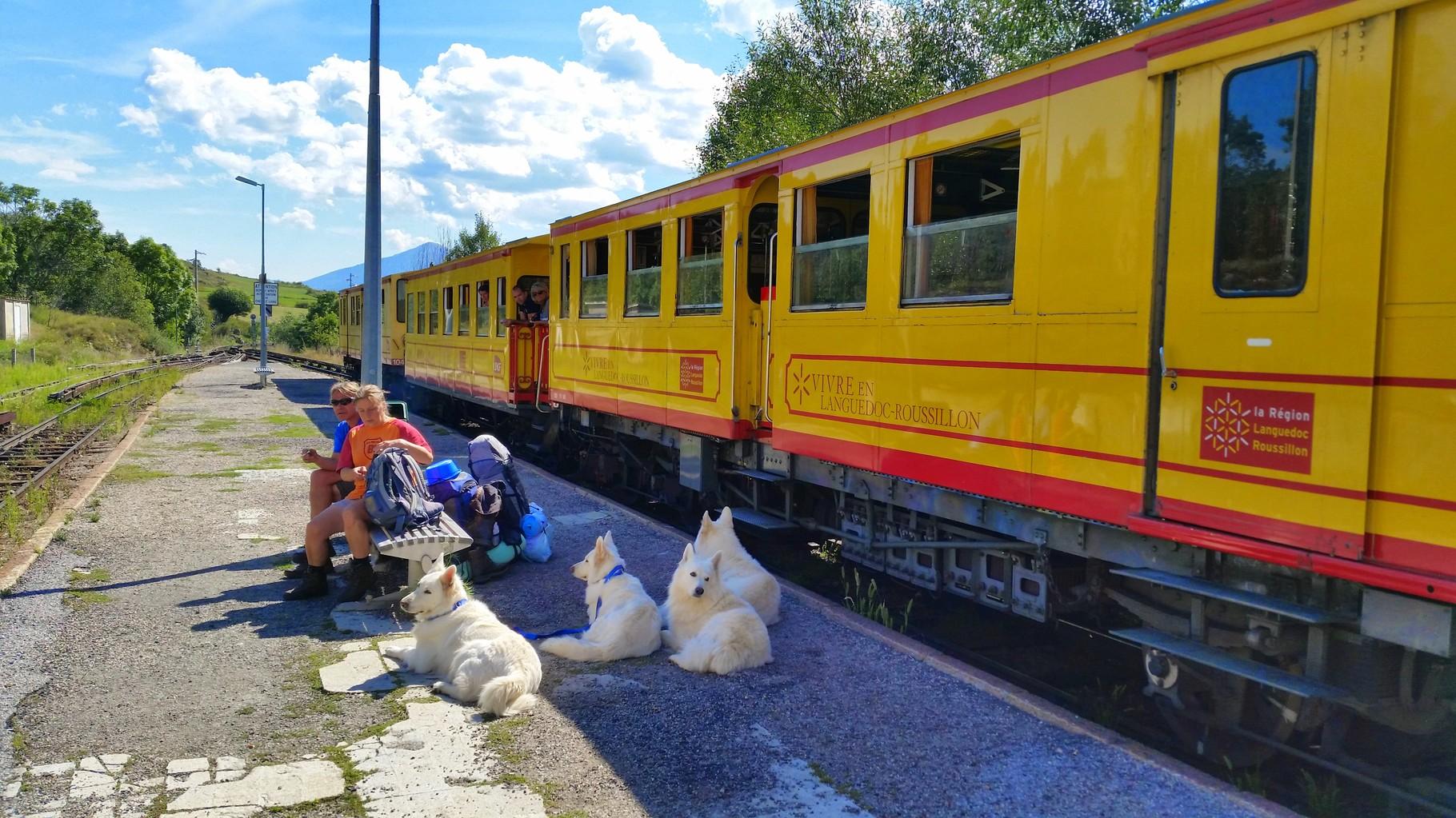 Le petit train jaune au départ de la gare de villefranche (vers mont louis, Font romeu) inoubliable...