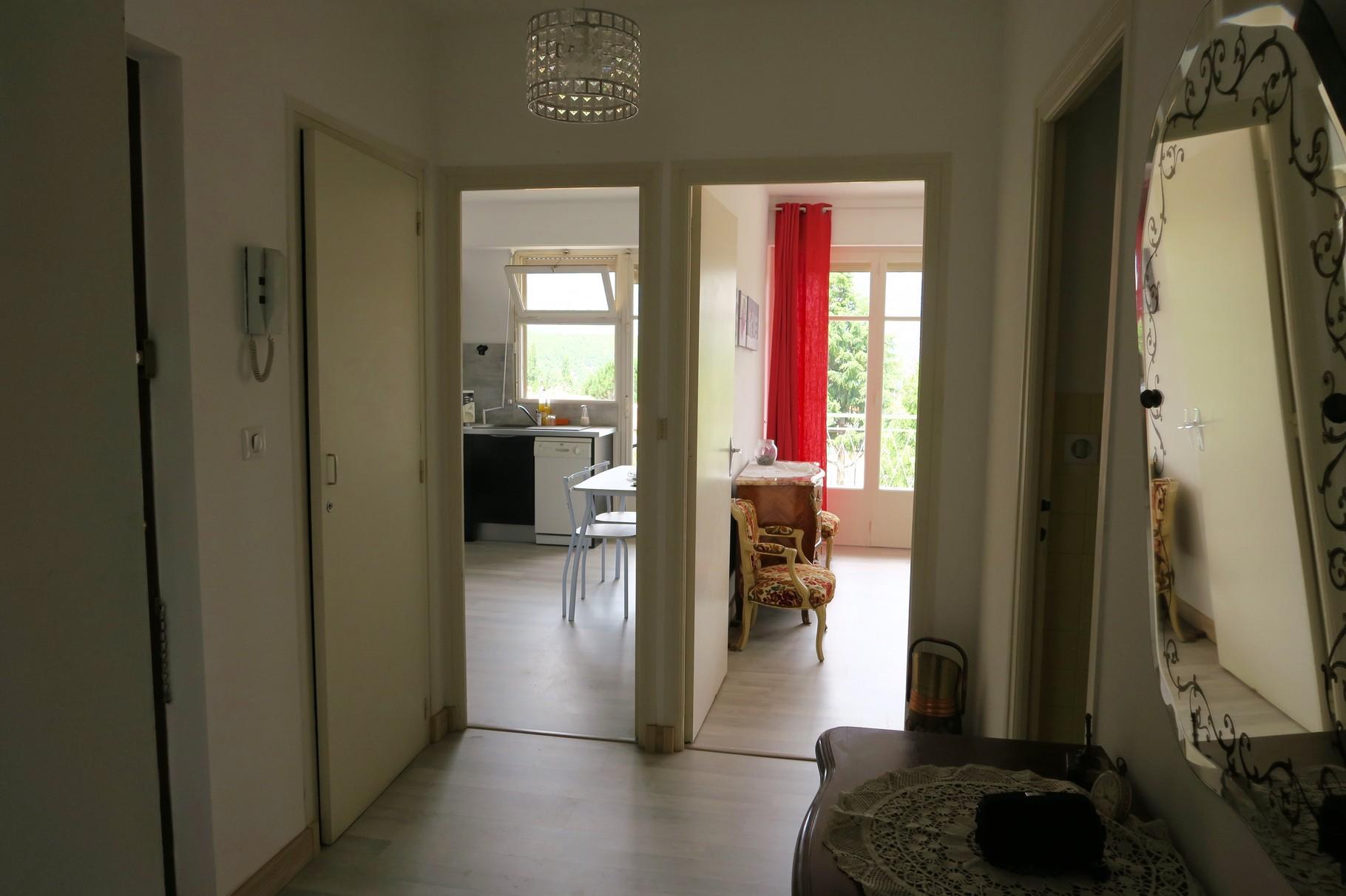 Hall avec vue chambre  et cuisine