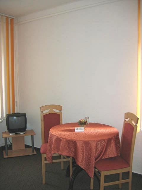 Sitzecke mit TV im Doppelzimmer