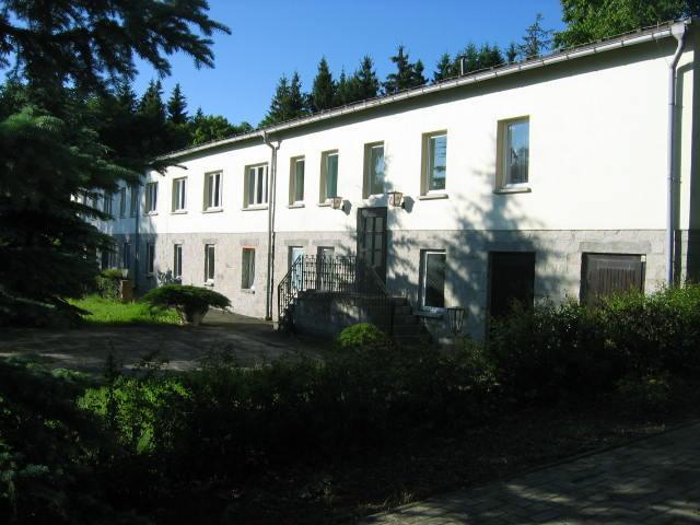 Das Gästehaus II mit Seminarräumen und Grotte von außen