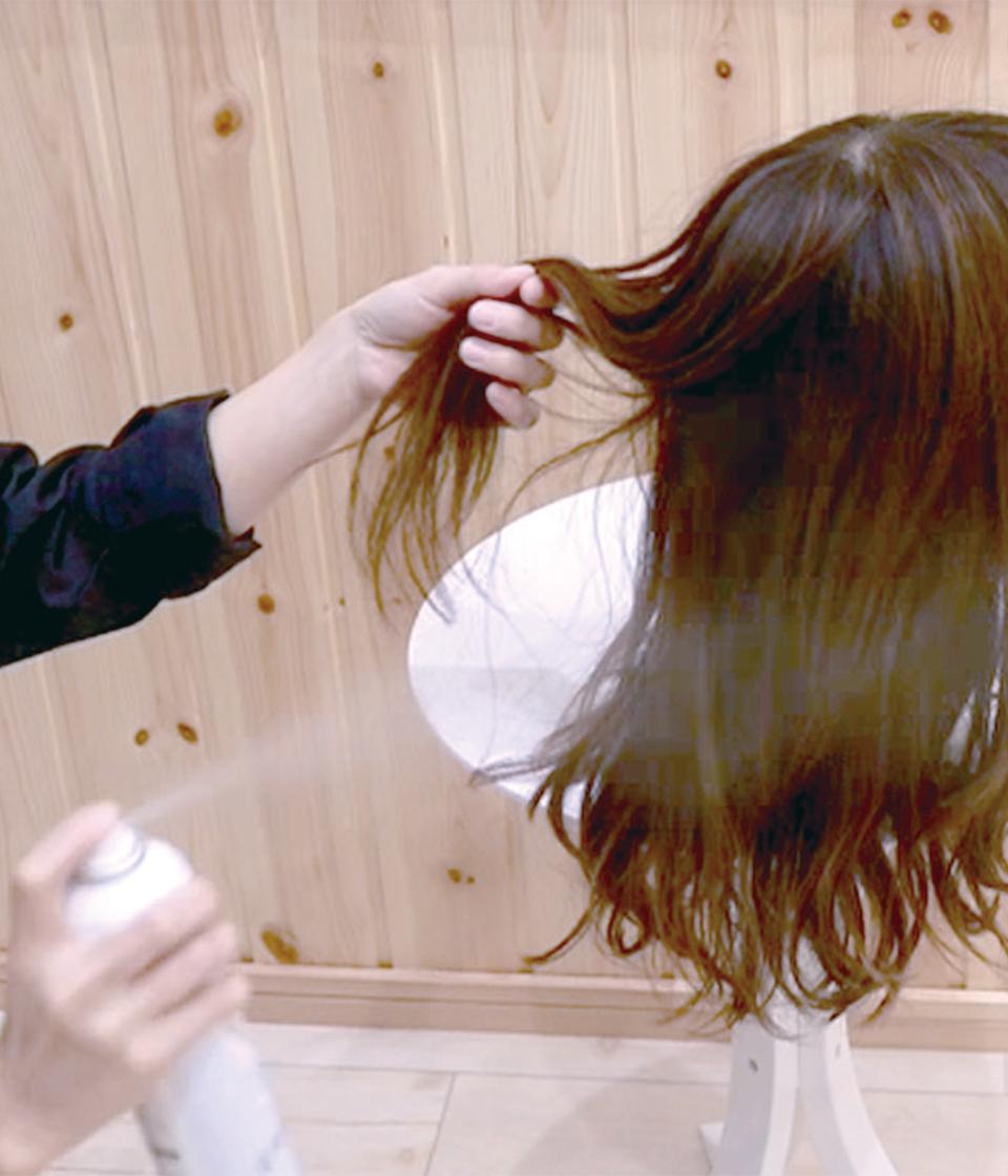 (1)髪をすくい、20cmほど離してスプレー