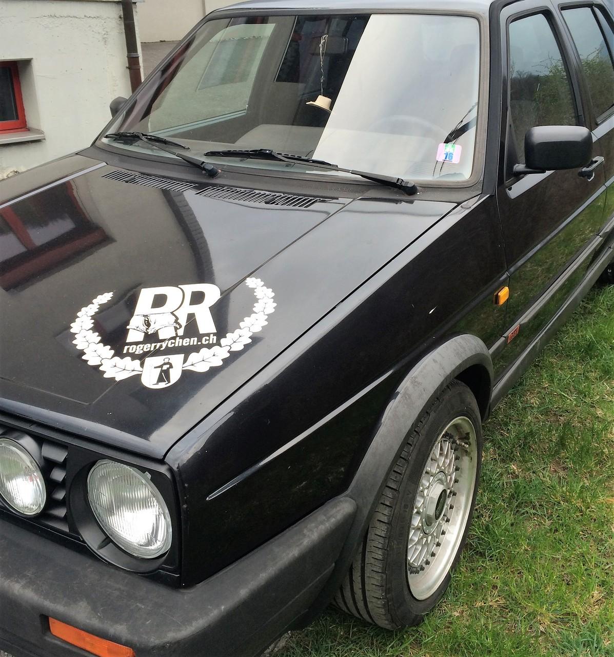 VW Golf, Kleber auf Motorhaube vorne rechts