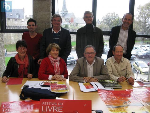 Les organisateurs du festival du Livre de Bretagne. Michel Rivalland, président de l'association Gourenez, le troisième en bas à droite.