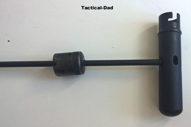 Die Hülse des AK47 Reinigungsgerätes kann als Griff für den Putzstock verwendet werden und die Verschlusskappe als Mündungsschoner.