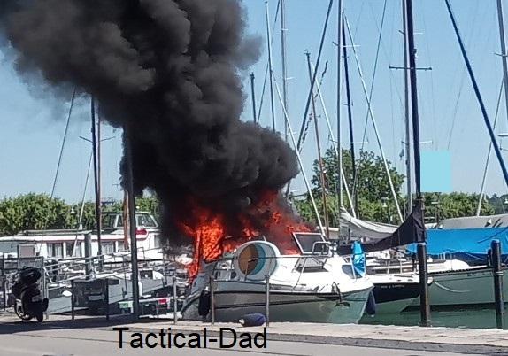 Alle sind in Sicherheit und wir warten auf die Feuerwehr.... Sie schafften es die Yacht zu löschen bevor die Gasflaschen und die hunderten Liter Benzin an Bord auch noch explodierten.