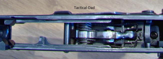 Hier sieht man den festgeschweißten Hammer. Das Verschweißen ist nach deutschem Recht nie nötig gewesen. Die Typ 56 hat eingeklappt über 60cm Gesamtlänge und gilt daher als Langwaffe.