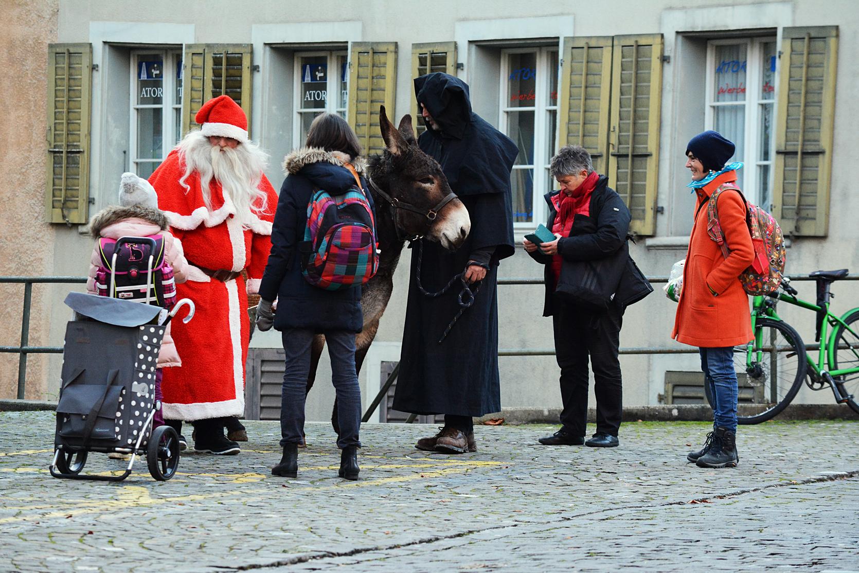 Kaum angekommen verteilt Santa Orangen, Nüsse und Schokolade