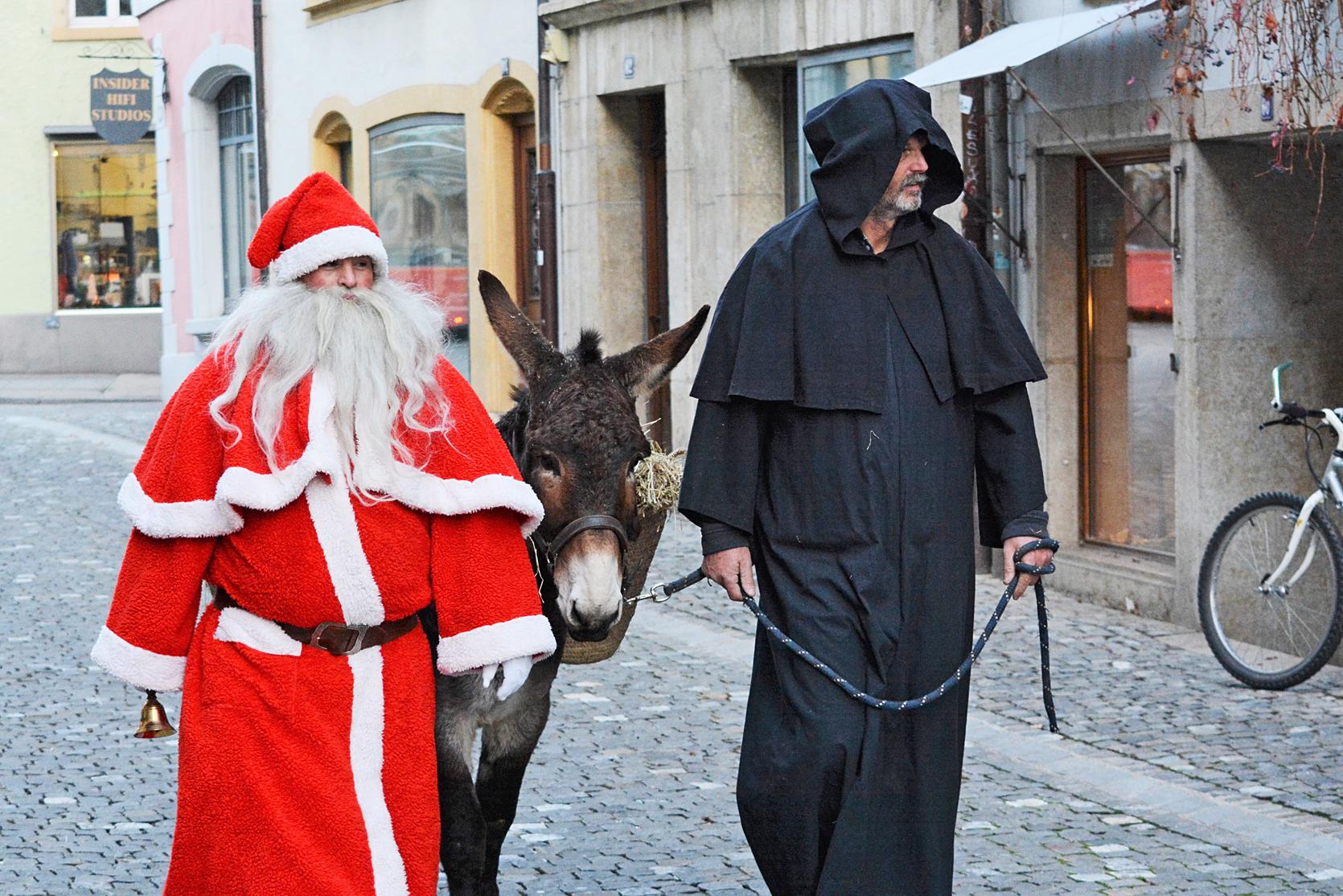 Santichlaus, Schmutzli und Esel treffen in der Bieler Altstadt ein.